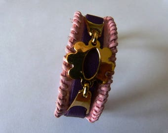 Pink leather bracelet finished with a pink leather topstitch, styliseeplaque flower gold