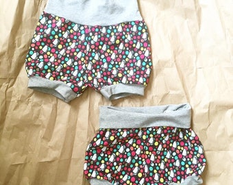 Evolutive shorts for baby flamingos, powder blue background, gray stripes, perfect for washable diapers