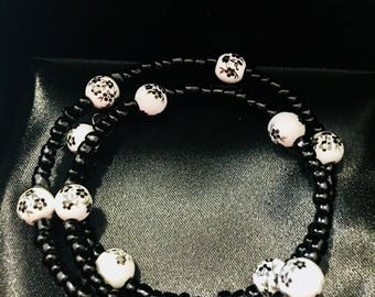 Handmade Glass and ceramic beaded memory wire bracelet black and white flower beads.
