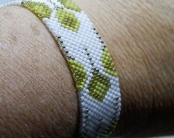 Bracelet weaved in green, white and Silver Needle