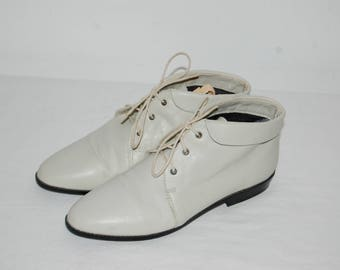 Women Size 7 1/2 Vintage White Mountain White Lace Up Ankle Boots