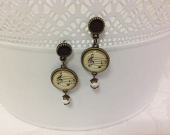 Outstanding musical eighth note, are decorated with musical notes, long romantic and vintage air.