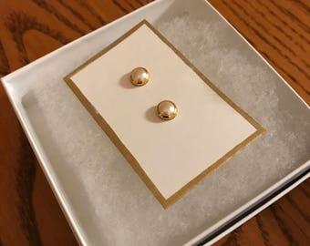 Classic pearl-like stud earrings