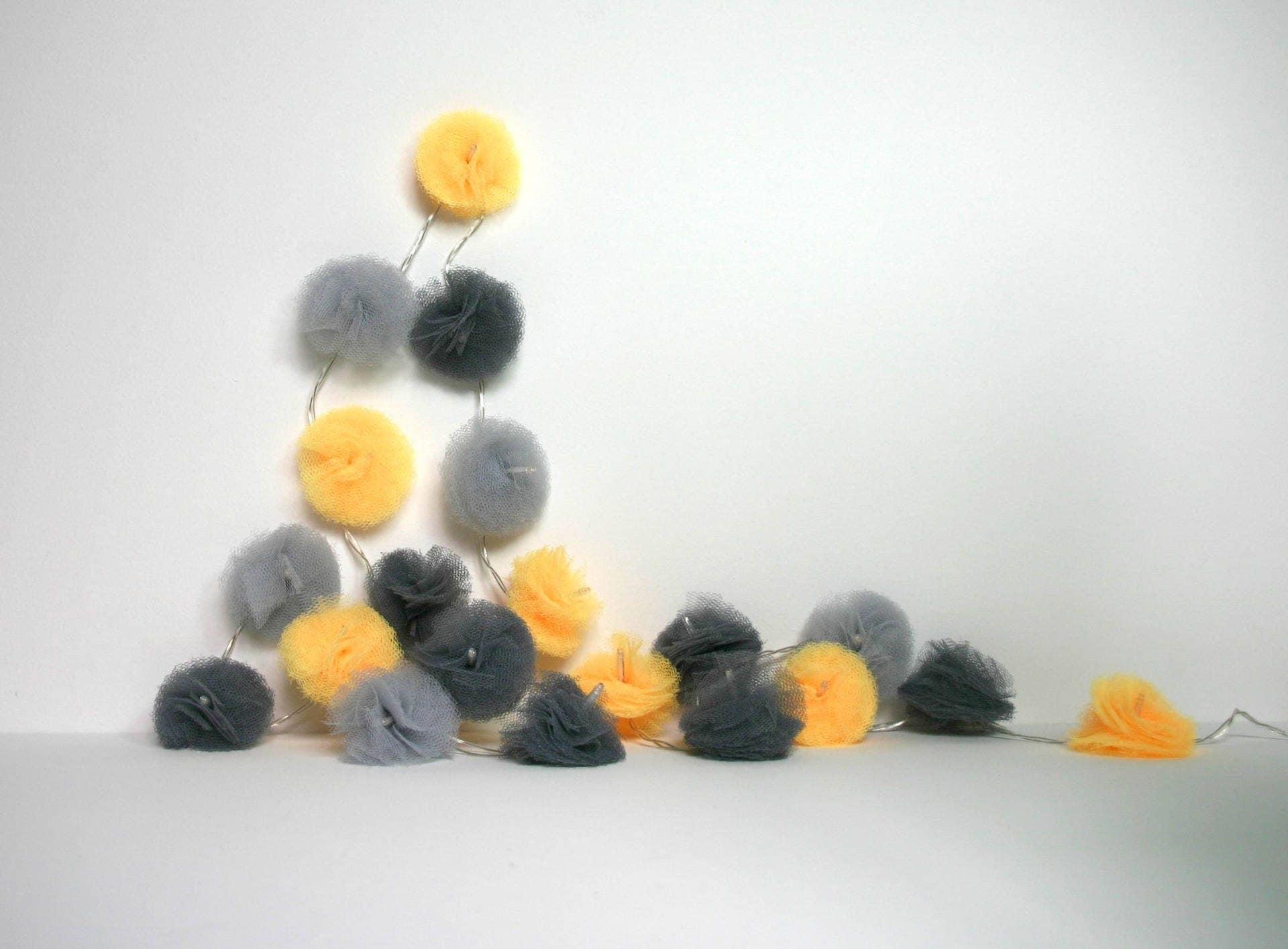20 led guirlande lumineuse de pompons en tulle gris clair. Black Bedroom Furniture Sets. Home Design Ideas