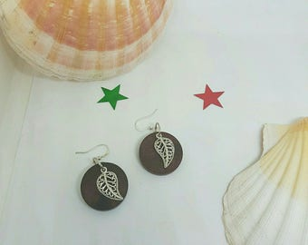 Round earrings with metal leaves