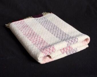 Plaid, throw, bank-deken, kinderdeken. Handgeweven, wol, brandnetel, 160 cm x 90 cm.