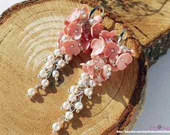 Bridal light peach earrings Pastel bride clusters earrings Cream flowers polymer clay Floral earrings Bridesmaid gift Pearl earrings
