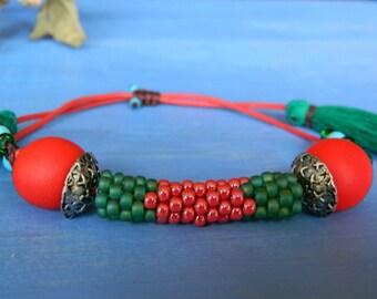 Bracelet fait main / Bracelet en rouge et vert ici en macramé pompon Bracelet en perles / Bracelet tissage / cadeau pour elle