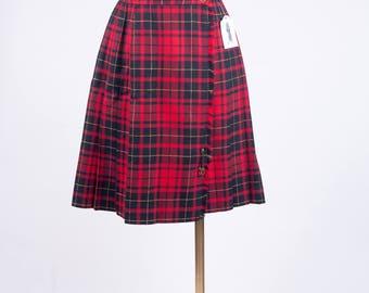 Women's Size 7 / 8 (27 Waist) Like New 90s Plaid Red Black and Gold Skirt Pleated Skirt Plaid School Girl Skirt Uniform Skirt Safety Pin