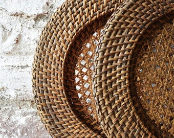 Under plate vintage Wicker table decoration