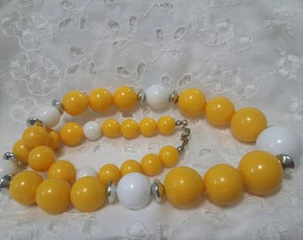 Yellow and white graduated bead vintage necklace