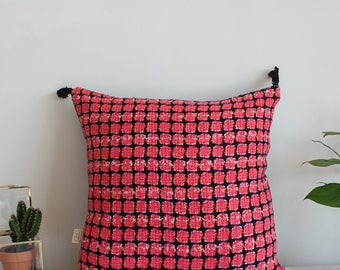 Trendy and high quality hand made cushion with pompons - Black and pink colors