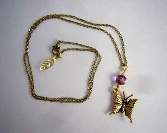 Collier mi long dorée et mauve pendentif papillon ciselé Collier chaine fine dorée, belles finitions. Made in France