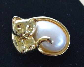 "Cat Brooch, Faux Pearl, Gold tone, Vintage, ""Lia"", Lia Sophia (Q12)"