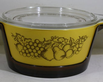 Vintage Pyrex 2 1/2 Quart Old Orchard Ovenware w/ Lid and Cradle   1974