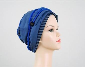 bonnet jersey bleu rayé et foulard en tissu bleu, ruban de pompons bleus vifs. Pièce unique. Bonnet chimiothérapie.