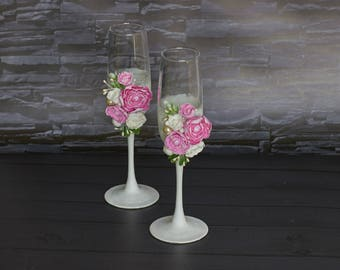 Wedding flutes Glasses with pink roses Toasting champagne glasses Mr and Mrs wedding glasses Engagement flutes Pink toasting glasses