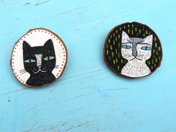 Two brooches with cats. Hand painted in wood. 5 x 4 cm.