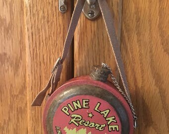Rare PINE LAKE RESORT And Campgrounds Vintage Canteen, Pink Home Decor, Cottage Chic, Cabin Style, Rustic Home Decor, Vintage Metal