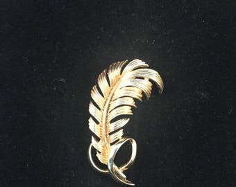 Vintage: Sarah coventry gold feather brooch.