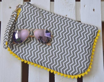Hand purse with white and grey zig zag lines Cluchtbag