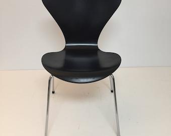 Black series 7 chair by Arne Jacobsen for Fritz Hansen