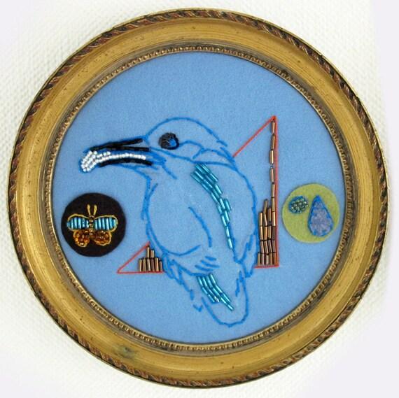 tableau rond oiseau brod sur feutrine bleu cadre ancien bois. Black Bedroom Furniture Sets. Home Design Ideas