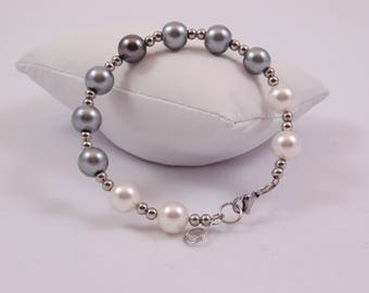 Pretty bracelet shade of grey to white impressive by its 10 mm beads.