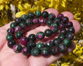 4 RUBY ZOISITE BEADS. LIGHTWEIGHT 8 MM CROWNED GEOMETRICAL. *.