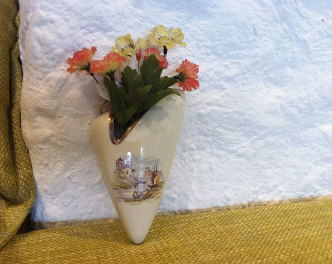 Vintage porcelain or ceramic wall vase, with flower decoration good condition accessoires