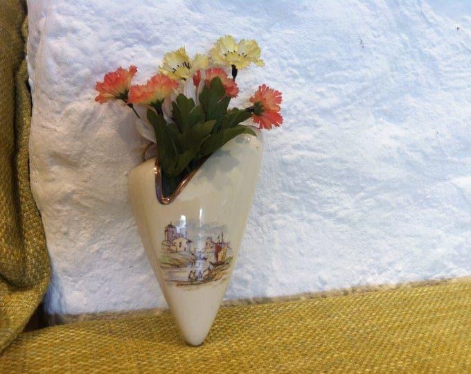 Vintage porcelain or ceramic wall vase, with flower decoration good condition accessoires