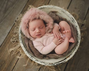 Newborn girl romper with furs and pearls details (Amelie) - photography prop -  pink,  newborn outfit