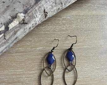 Earrings in bronze and dark blue sequin.