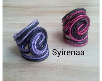 Rings in aluminum wire streaked with two colors (black/lavender and black/lilac