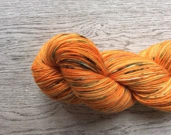 PUMPKIN SPICE. Sokkenwol, Orange. Wool/nylon. 100 Gr. 400 m. Pen 2, 5-3 mm.