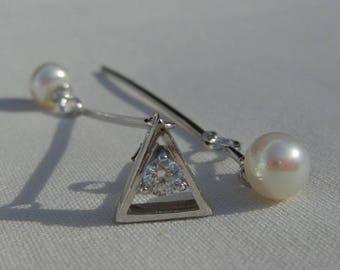 Asymmetrical earrings in fresh water cultured pearls