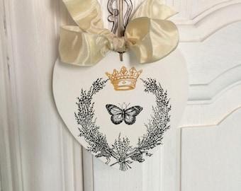 Petit Coeur en bois peint en blanc avec  impression couronne et papillon