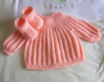 """Shirt and color """"salmon"""" size newborn baby booties"""