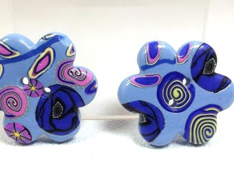 2 blue flower shaped buttons.