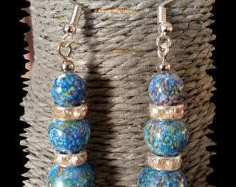 Earrings in silver metal and acrylic beads