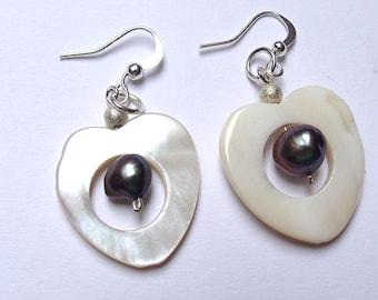 Dangle earrings, Pearl and freshwater pearls.