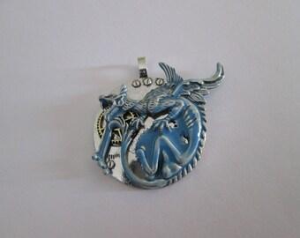 pendentif fantasy dragon argenté et émail bleu 43 x 43 mm