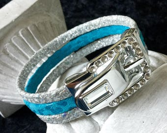 Bracelet with a jewel in blue and silver rhinestone buckle