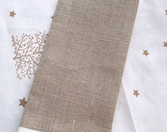 Protects family has embroidered linen 12 threads.