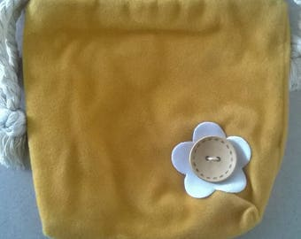 LARGE WHITE FLOWER BUTTON WITH FELTED WOOL BAG