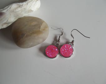 Dangling earrings in silver and glittery pink resin cabochon