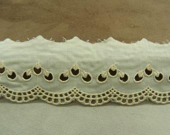 Embroidery anglaise ECRU 4.5 cm
