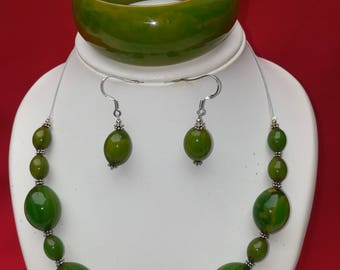 Green and silver parure in glass beads