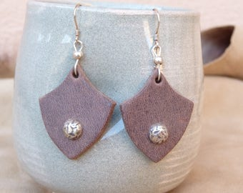 Distressed brown leather earring deco silver metal