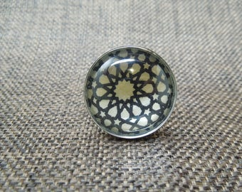 Ring round black and white geometric pattern